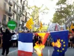 Quema de banderas en la manifestación anticapitalista de la Diada 2017
