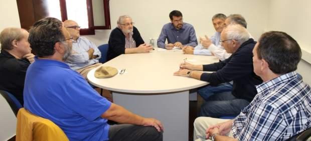 El alcalde de la Seu d'Urgell, Albert Batalla, con una comisión ciudadana