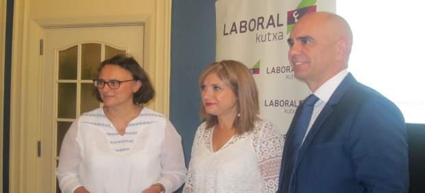 La consejera María Jesús San José, junto a Xabier Egibar y Cristina Dumitrescu