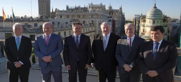 Foto de grupo antes del comienzo de la jornada de debate.