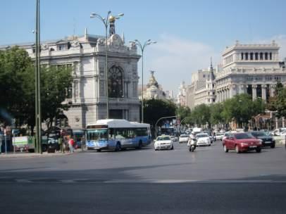 Plaza De Cibeles Con Autobús De La EMT Y Banco De España