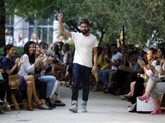 El diseñador español Moisés Nieto durante su desfile en la presentación de su colección primavera/verano 2018 en Madrid.