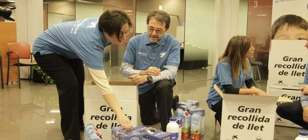 Voluntarios en la recogida de leche de la campaña 'Ningún niño sin bigote'