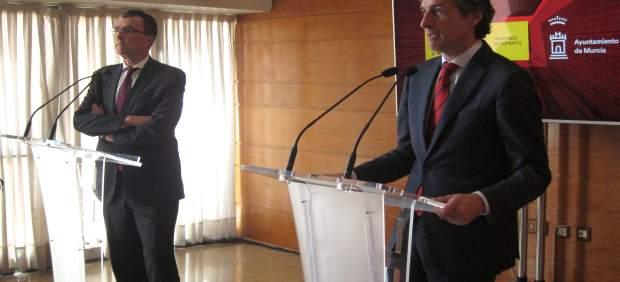 Iñigo de la Serna, ministro Fomento, y José Ballesta en Ayuntamiento de Murcia