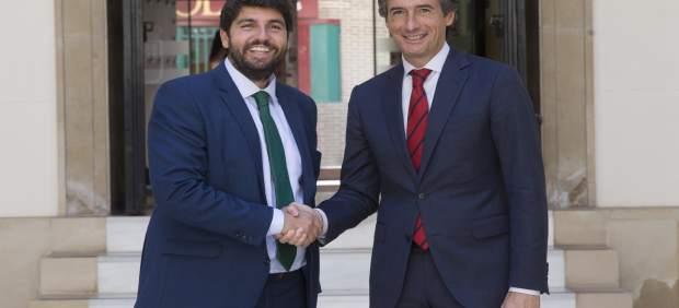 López Miras estrecha la mano del ministro de Fomento