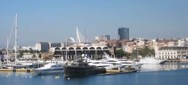 Marina de València con el edificio de la estación marítima al fondo