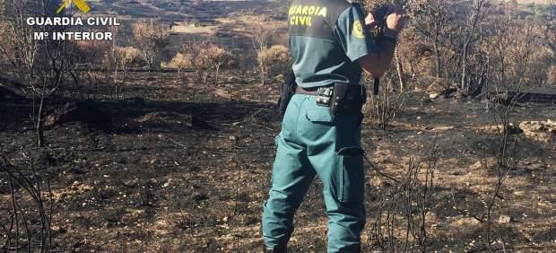 Un agente investiga el incendio