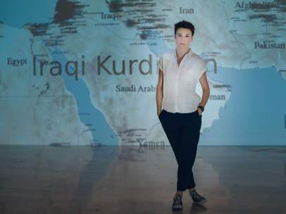 La artista Cristina Lucas delante de su obra 'El rayo que no cesa' (2015-)