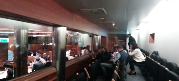 Asistentes al debate de Centros de 0 a 3 años en la Junta General
