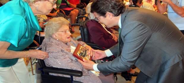 El alcalde entrega una placa a una de las salmantinas homenajeadas