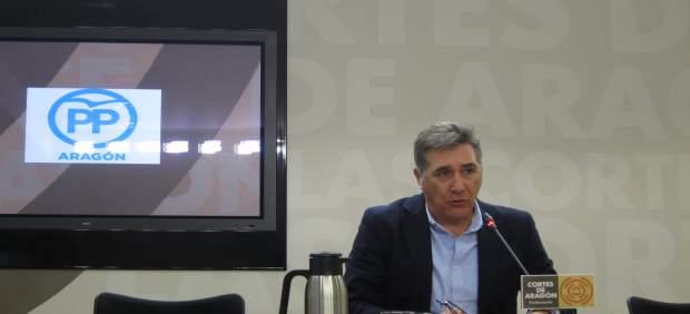 El diputado del PP, Ricardo Oliván, hoy en rueda de prensa en las Cortes