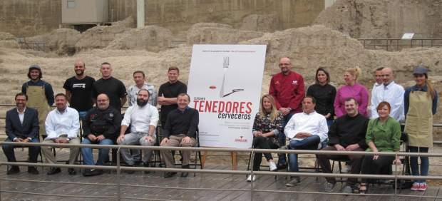 Organizadores y participantes en el certamen gastronómico 'Tenedores Cerveros'