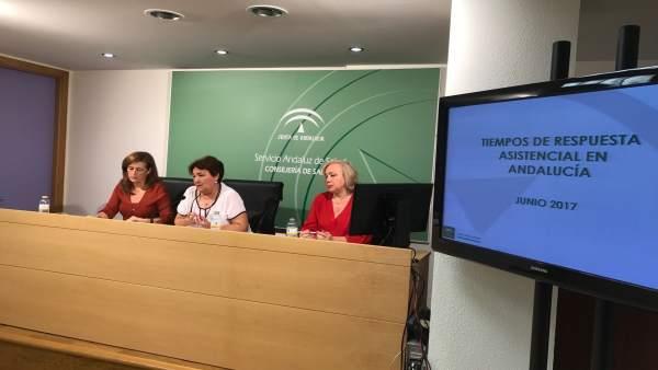 Francisca Antón, gerente del SAS, atiende a los medios