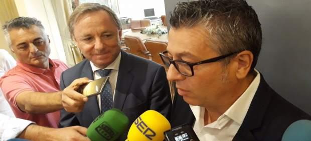 Fernando Marcos atiende a los medios ante Juan Carlos Moragues