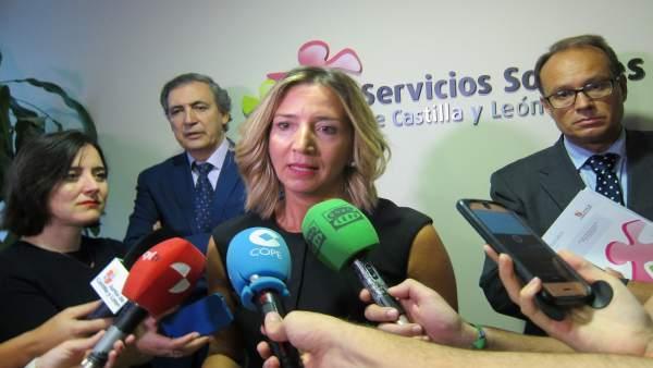 Alicia García atiende a los medios antes de la reunión.