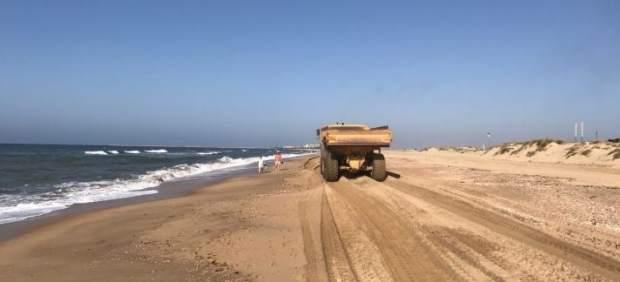 Trabajos en una playa de Huelva.