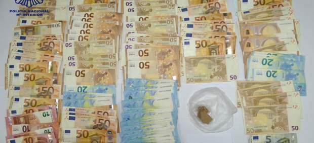 Heroína y 6.000 euros interceptados a un joven en Huelva.