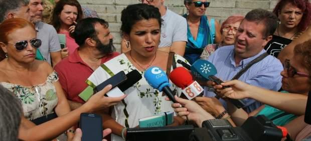 Teresa Rodríguez haciendo declaraciones en La Línea