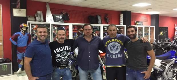 El concejal del PP, José Manuel Villanueva, y responsables del Club Motocross.