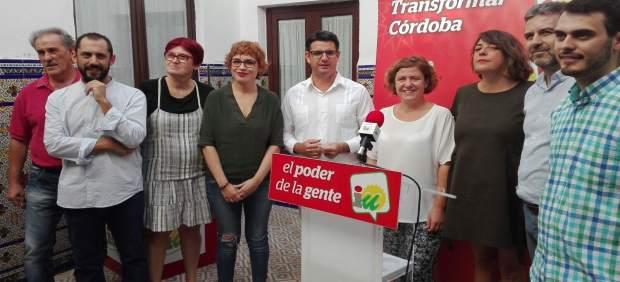 García (centro), junto a miembros de su candidatura