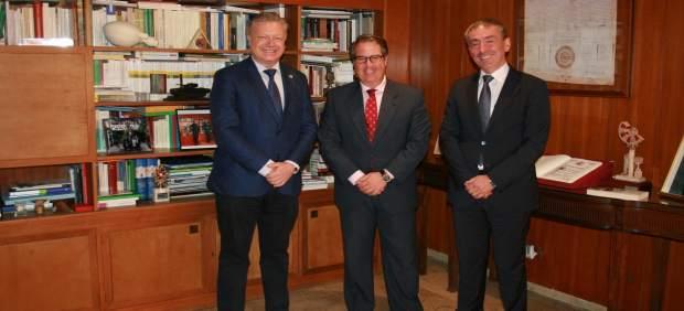 Serrano (centro) y Primo Jurado (izda.), durante su encuentro
