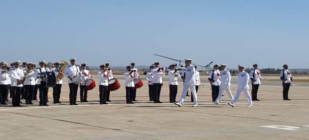 El Rey pasa revista a las tropas en Rota en el acto de la Aviación Naval