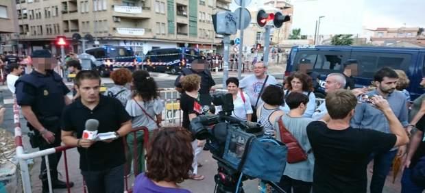Imagen de los manifestantes y del dispositivo policial en el paso a nivel