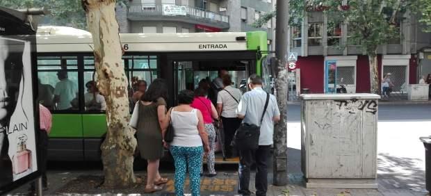 Usuarios montan en un autobús en Córdoba