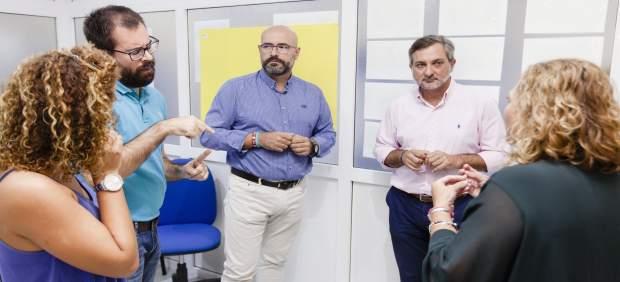 El diputado Ángel Escobar junto a la Junta Directiva de la Asociación Asoal.