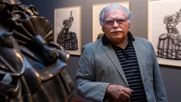 El artista de origami José Miguel Palacio con una de sus obras