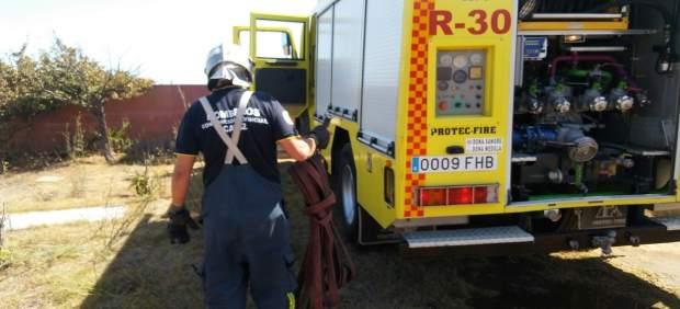 Actuación de Bomberos contra un incendio de pasto en San Roque