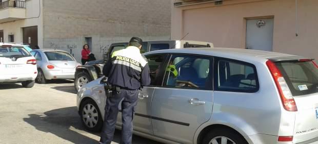 Policía controla un vehículo en Mallorca