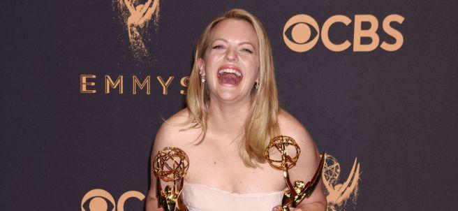 Elisabeth Moss posa con dos Emmy