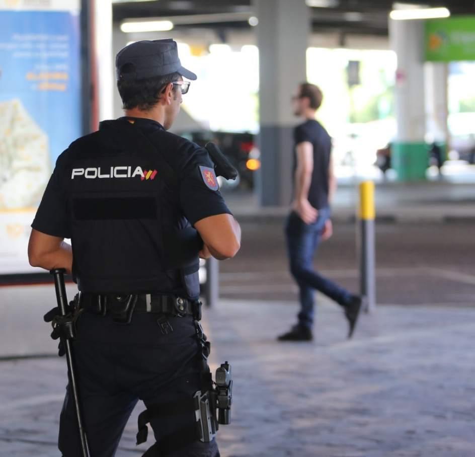 Interior Suspende Los Permisos De Polic As Y Guardias
