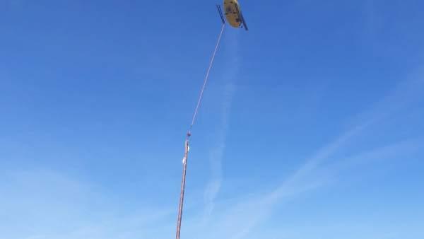 Endesa realiza reformas en una línea eléctrica Falset con un helicóptero