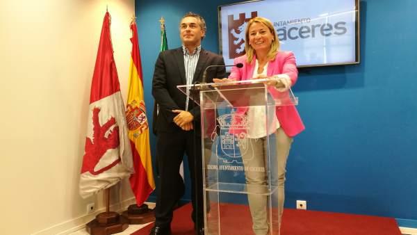 La alcaldesa de Cáceres, Elena Nevado, y el concejal de Turismo,
