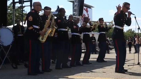 Un grupo de marines interpreta un tema de Eminem