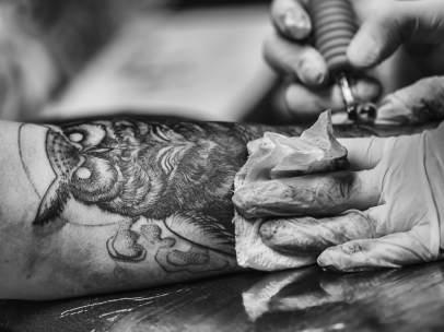 Haciendo un tatuaje