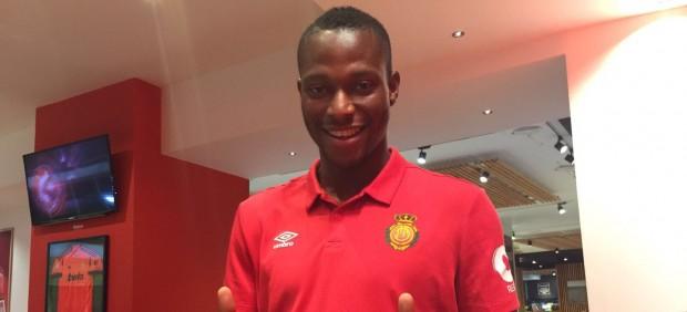 El meta del Ontinyent y su familia asisten en el campo a un jugador del Mallorca con una arritmia