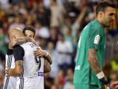 El Valencia golea al Málaga y deja a Míchel contra las cuerdas