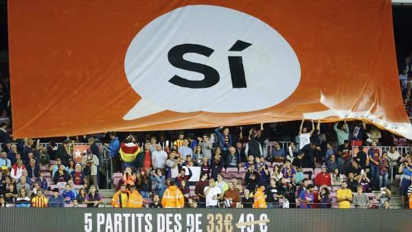 Pancarta a favor del 'Sí' en el Camp Nou