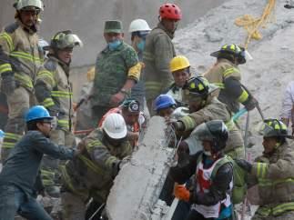 Al menos 19 niños y seis adultos han muerto al derrumbarse su escuela en México