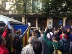 Centenares de personas se concentran ante las consellerías del Govern contra los registros