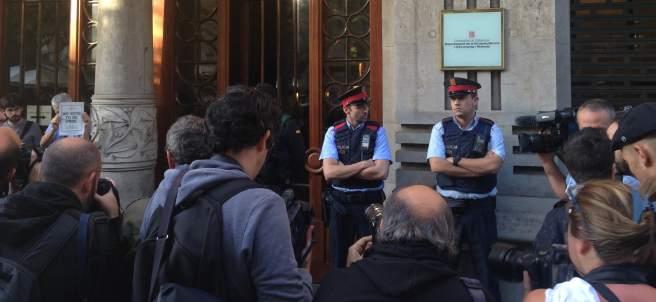 La Guardia Civil y los Mossos d'Esquadra en la Conselleria de Economía