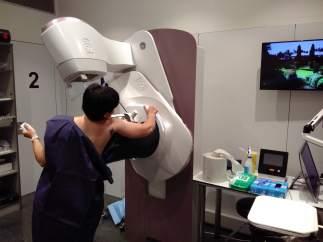 Una mujer, realizando una mamografía con autocompresión en el Hospital Del Mar