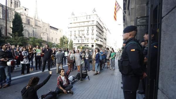 Agentes de la Guardia Civil ante la conselleria de Gobernación