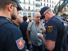 """Encontronazos en la Puerta del Sol de Madrid entre grupos prorreferéndum y proclamas de """"Viva España"""""""