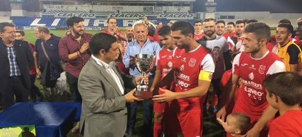 Reyes entrega la copa al Torreperogil