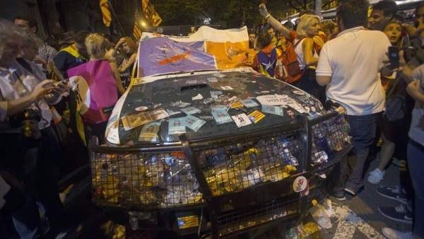Coches de la Guardia Civil vandalizados