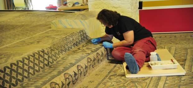 El Museo de Teruel restaura un gran mosaico romano.